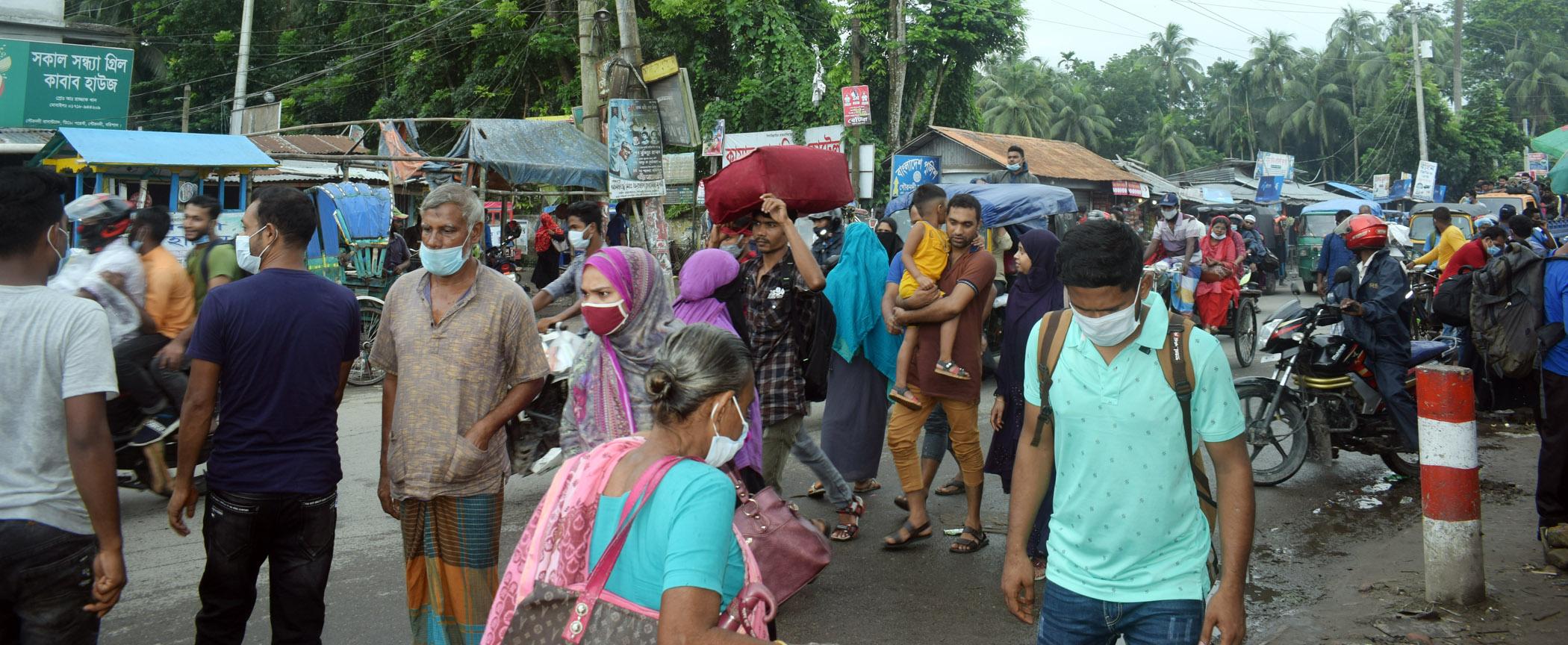 বরিশাল-ঢাকা মহাসড়কে ঢাকাগামী যাত্রীদের ঢল