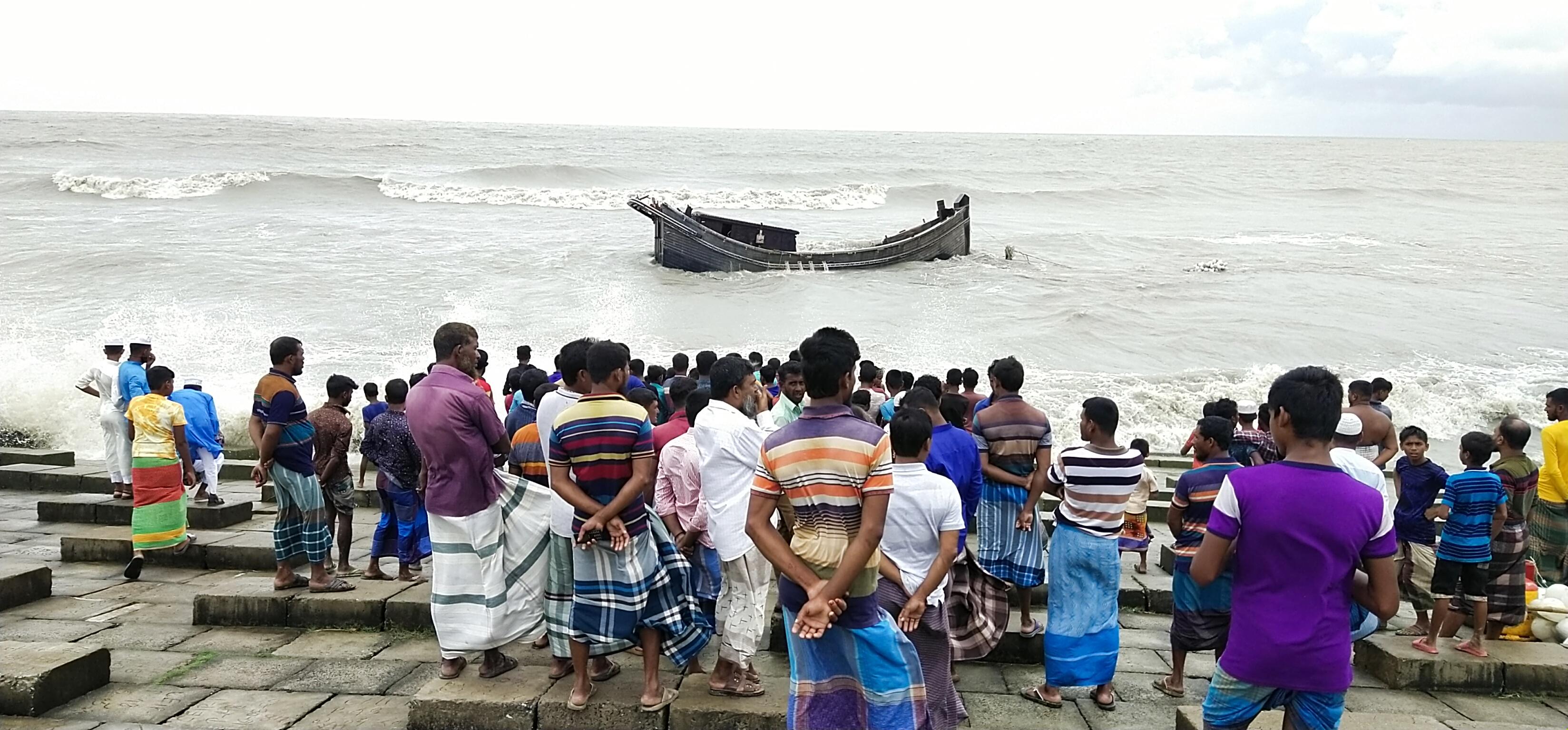কুয়াকাটা সৈকত সংলগ্ন সমুদ্রে মাছ ধরা ট্রলার নিমজ্জিত : ১৫ জন জীবিত উদ্ধার