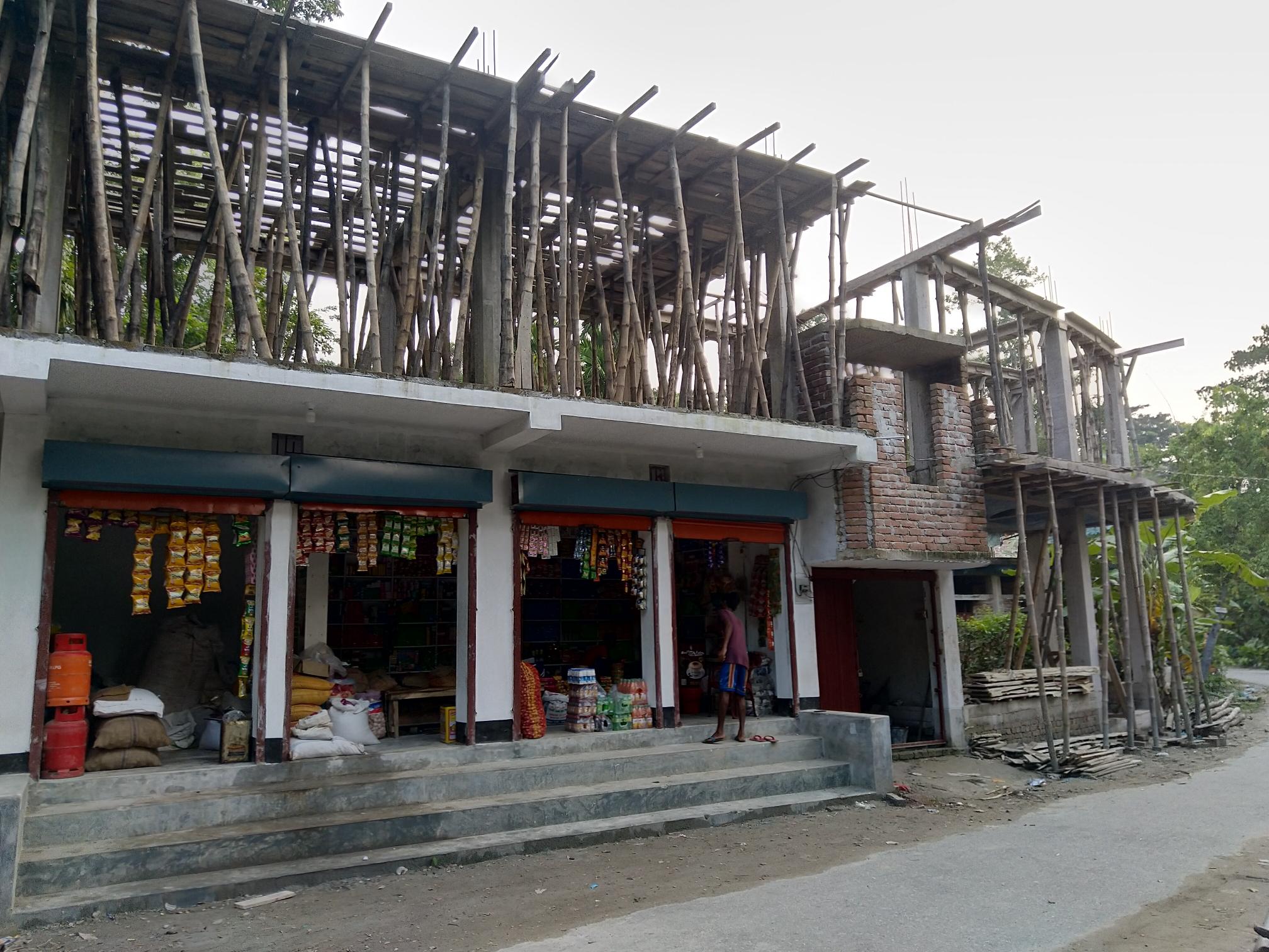 উজিরপুরে পৌরসভার আইনকে বৃদ্ধাঙ্গুল দেখিয়ে ভবন নির্মাণ করছে সরকারি কর্মকর্তা